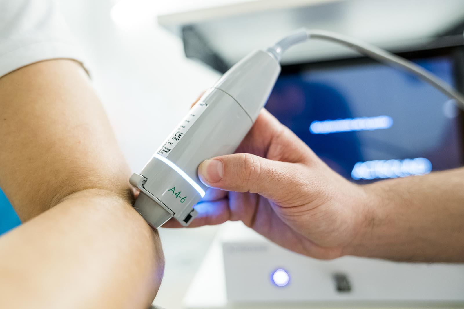 Tratamiento de codo con tecnología Actisound en Clínica Luis Baños