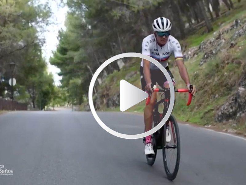Mario Fernández circulando en bicicleta por la subida al Castillo de Santa Catalina en Jaén